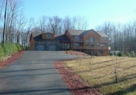 Deep Creek Log Home Sleeps 14, holiday rental in McHenry