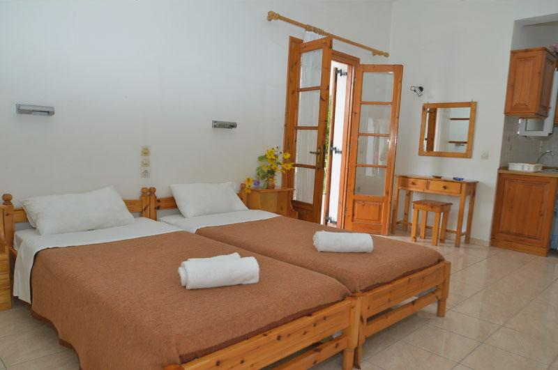 Santos Apartments & Studios, vacation rental in Pyrgi