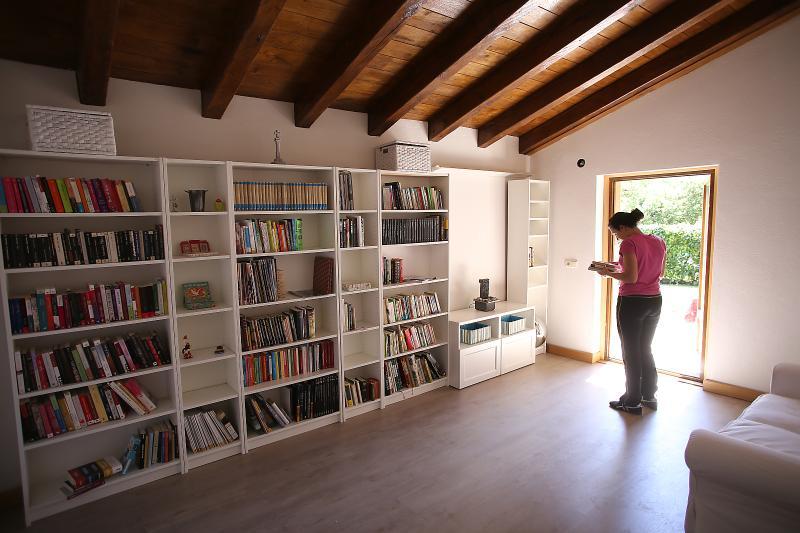 La biblioteca tiene acceso directo al jardín