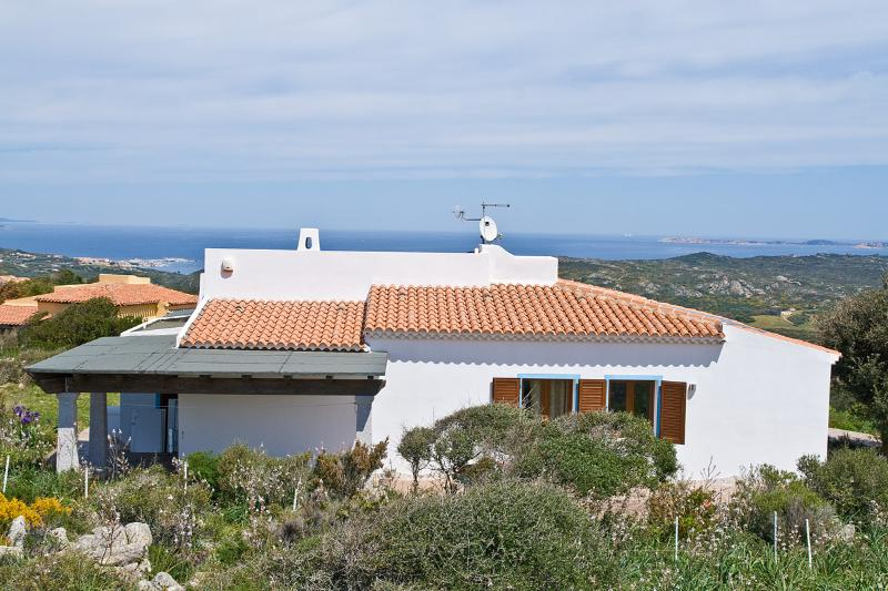 Moderna Villa con vista mare e WiFi, holiday rental in Lu Pultiddolu I