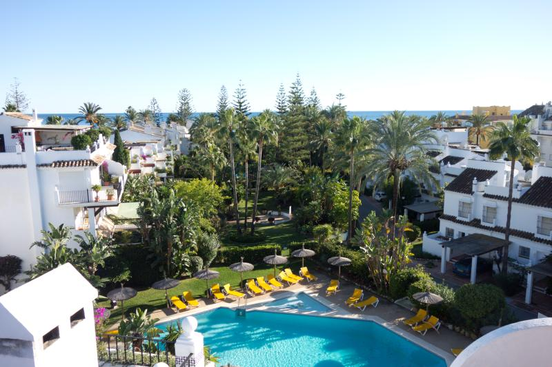 Very nice community pool and garden.  200 m from the ocean!