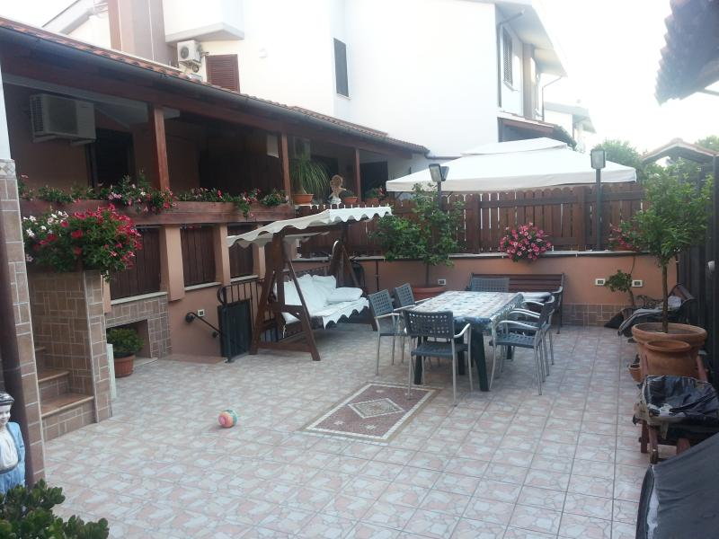 APPARTAMENTO IN VILLA A 20 MIN. DA ROMA SAN PIETRO, holiday rental in Ladispoli