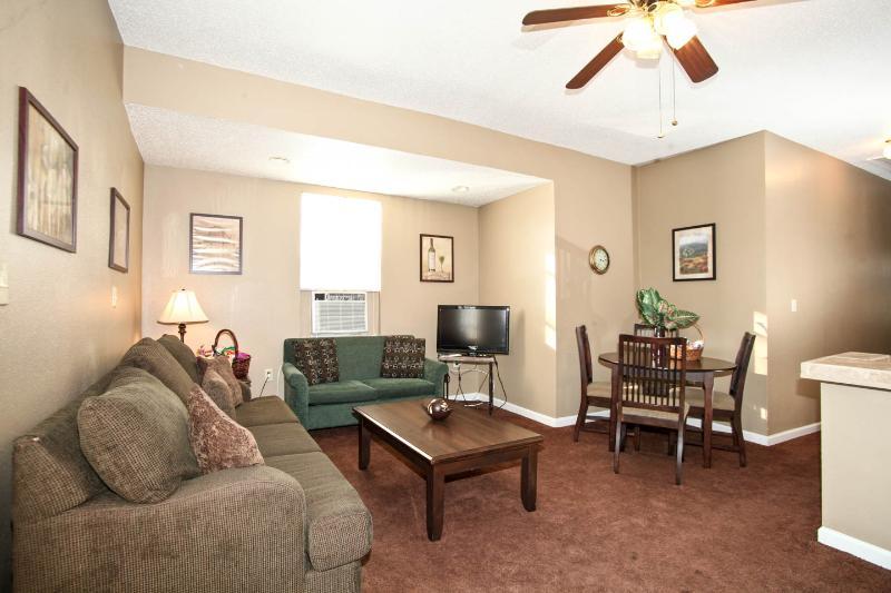 Comfy 2 Bedroom Duplex, location de vacances à Chalmette