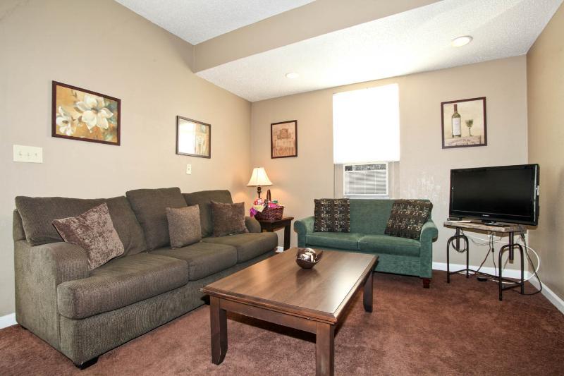 Comfy 2 Bedroom Duplex Has Porch And Internet Access