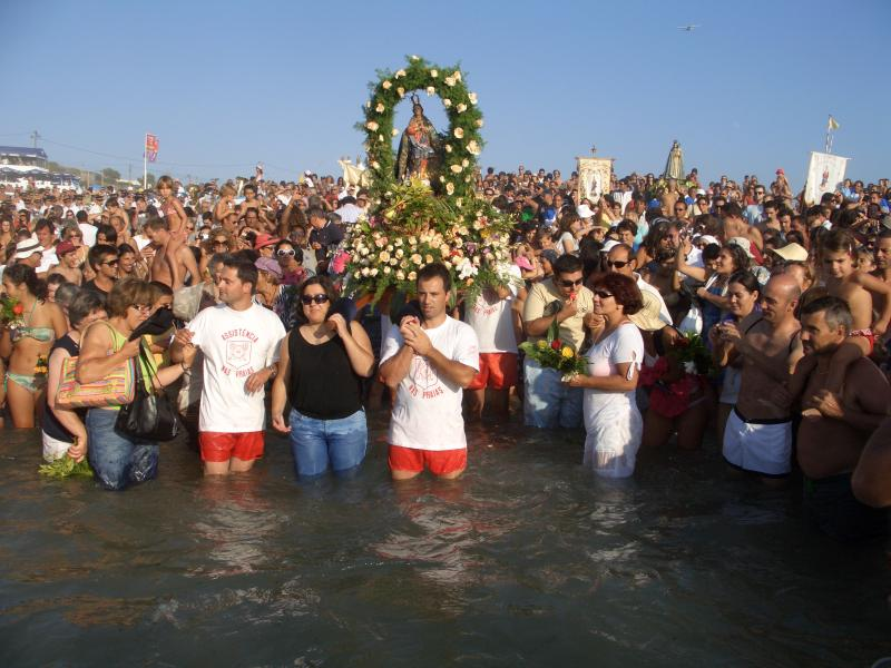 Local festivals include the Blessing of the Sea at Praia das Maçãs on the last Sunday of August