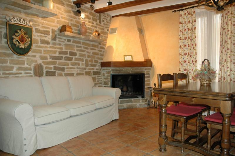 Salón comedor con chimenea casa rural Nuri de Rei A