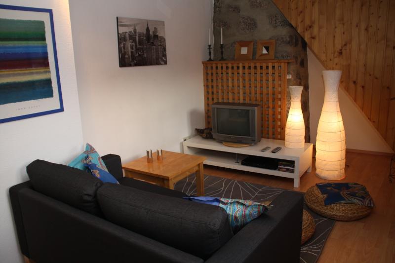 Gemütliches Wohnzimmer mit integriertem Arbeitsbereich