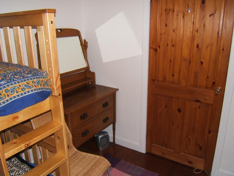 Camera Doppia con petto di pareggi & sedia.