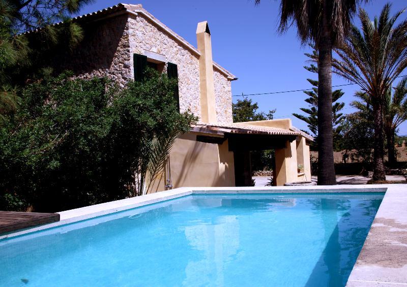 57bb5efcf6a04 Casa de diseño entre viñedos con piscina (Santa Maria del Camí ...