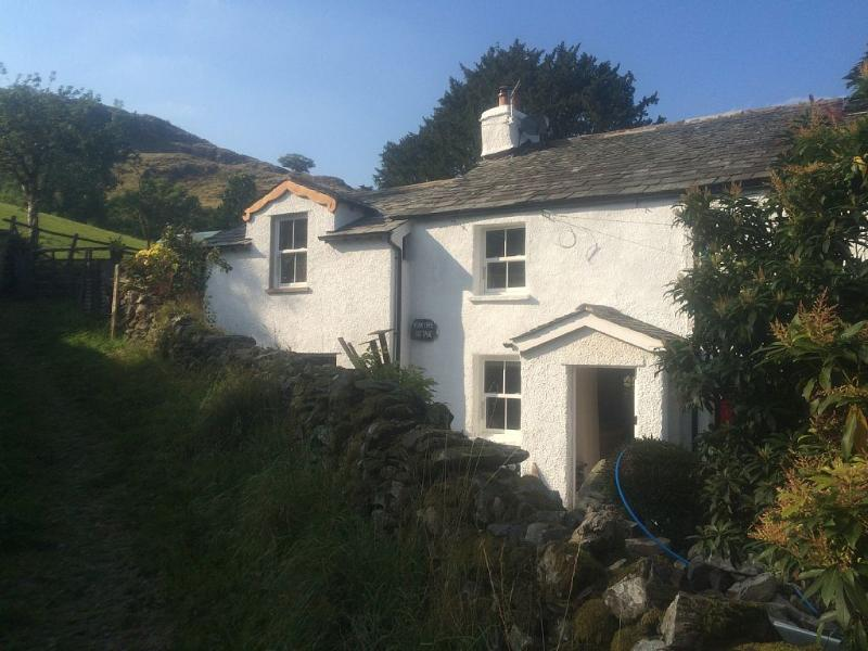 CHARACTERFUL LAKE DISTRICT COTTAGE SKY-TV-FREEWIFI LOG FIRES LOVELY  SETTING. – semesterbostad i Kendal