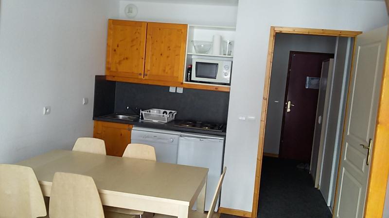 La cuisine avec dans le couloir les portes de la salle de bains et des WC