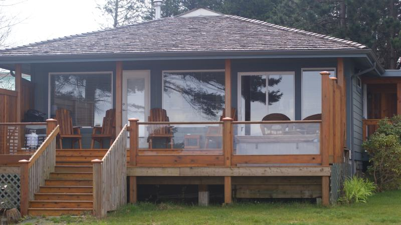 Seaside Cottage 2 bedrooms on the Ocean, hot tub,  gas fireplace, furnished deck, holiday rental in Quathiaski Cove