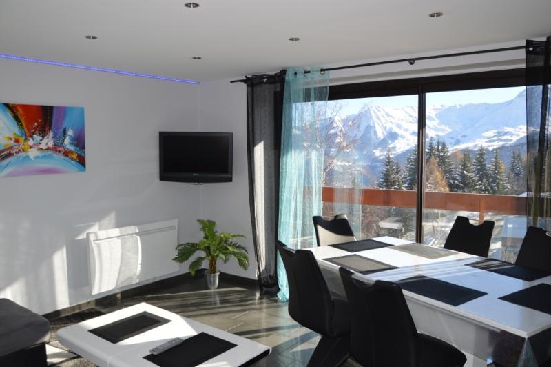 Sala de estar, brilhante, com vista panorâmica