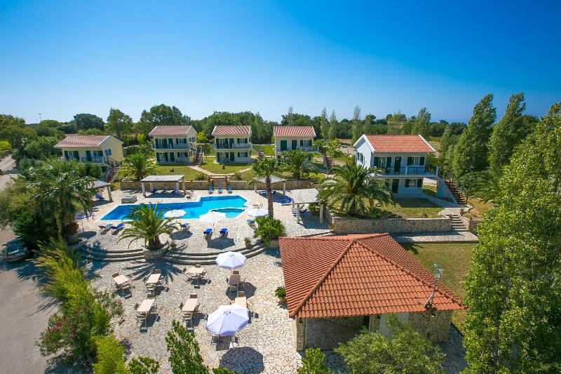 Spacious apartment with breakfast, pool, tennis court and sea view (1), holiday rental in Kaligata