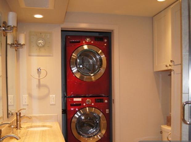 Badkamer met wasmachine & droger en douchebox