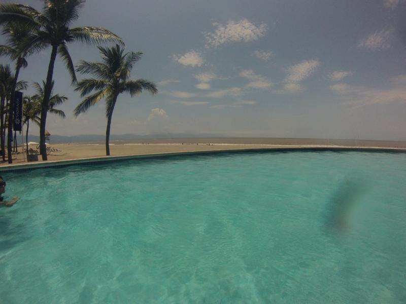 La piscina está justo al lado de la playa, si viene en el momento perfecto que se puede ver la puesta de sol :)