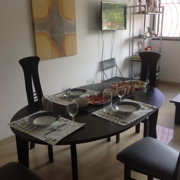 Mesa comedor comunicada con la cocina mediante barrra en granito.