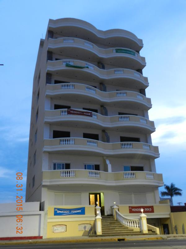 ElAriss 620 is a new beachfront luxury condominium building on Avenida Del Mar, Mazatlan, Mexico.