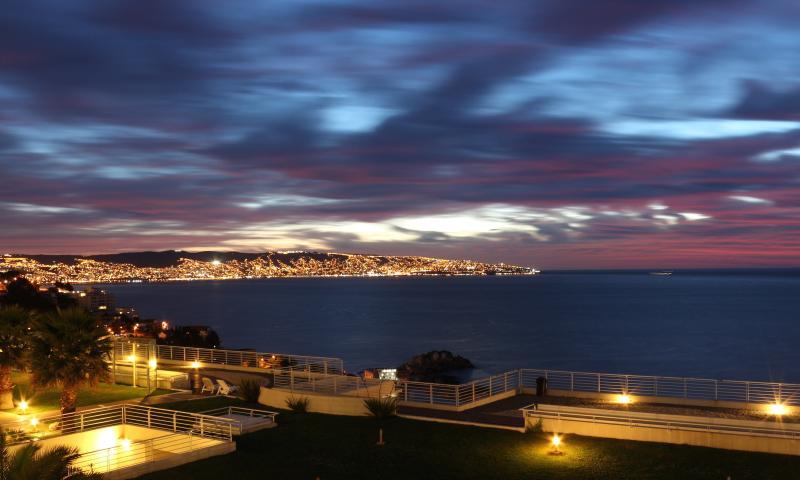 Luxury 2BR, Renaca, Spectacular Views, 4 pools, location de vacances à Renaca