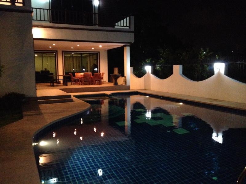 Noche junto a la piscina y un encantador baño antes de acostarse