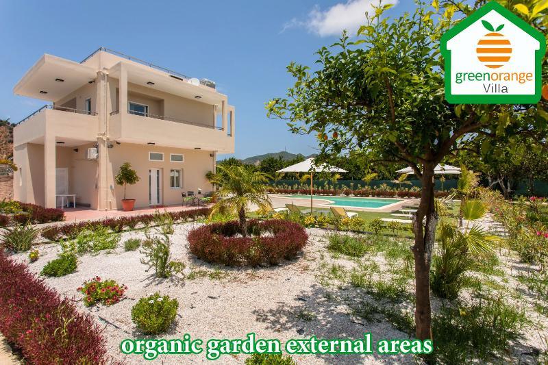 Villa verde naranja de áreas externas jardín orgánico y granja orgánica y colecciones de aves griegas en Chania
