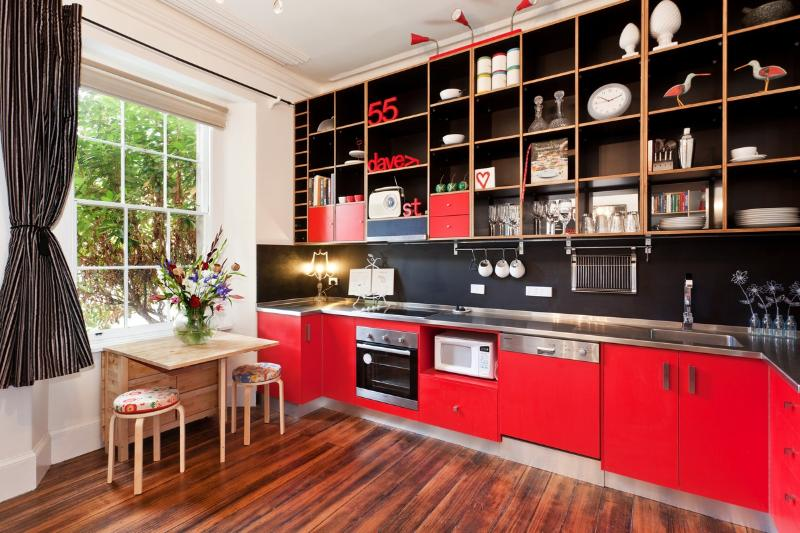 La cocina de estilo industrial está completamente equipada para cocinar y comer en un instante