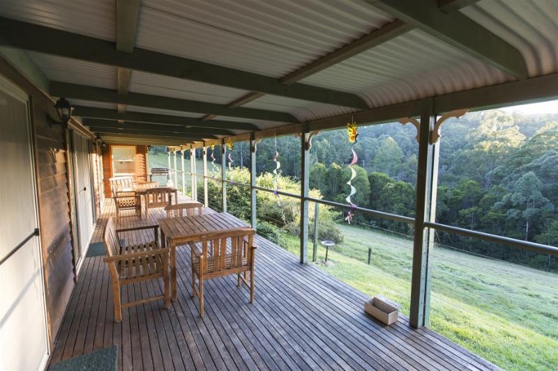 Vackra verandor omger Mountain View så att du kan koppla av och ta i visningar och vilda djur.