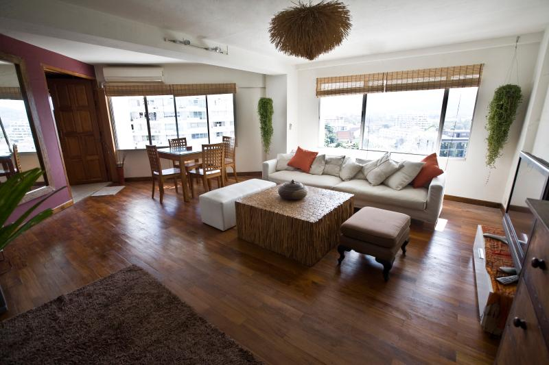 Stylish, spacious, wooden floor & mountain view., alquiler de vacaciones en Ban Pong