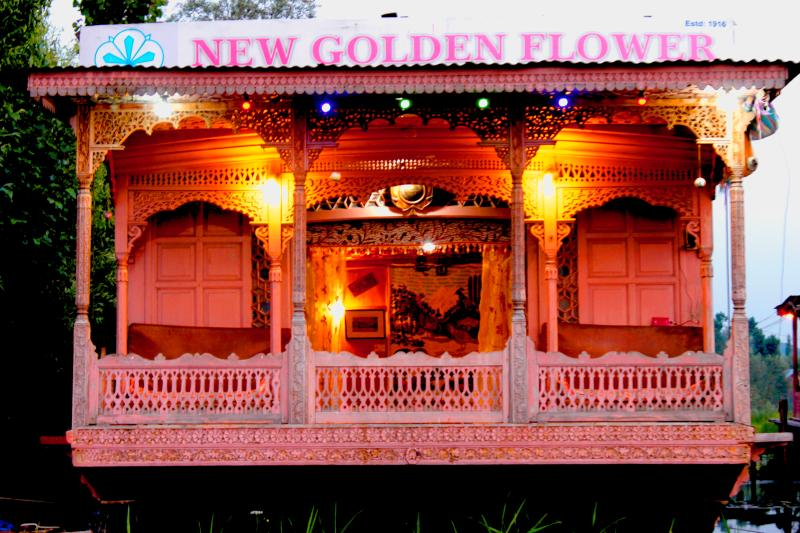 Houseboat New Golden Flower Heritage Houseboat, alquiler vacacional en Srinagar