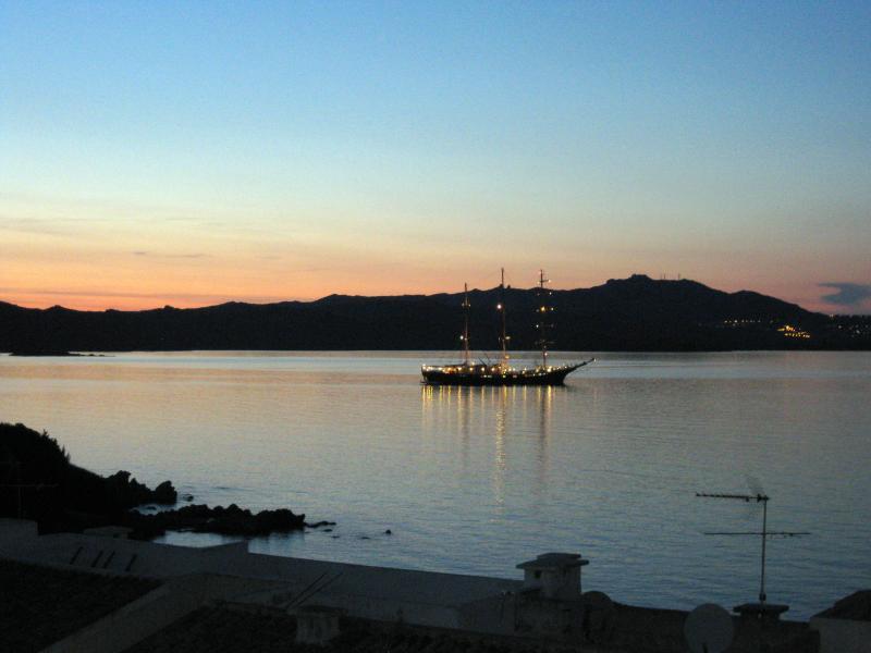 Een zeilschip levert de zonsondergang