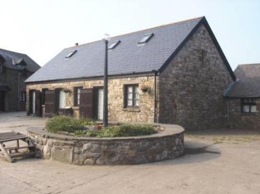 El Aula vieja tiene capacidad para 8 se encuentra en torno a un patio central. 2 otros 8 persona cabañas