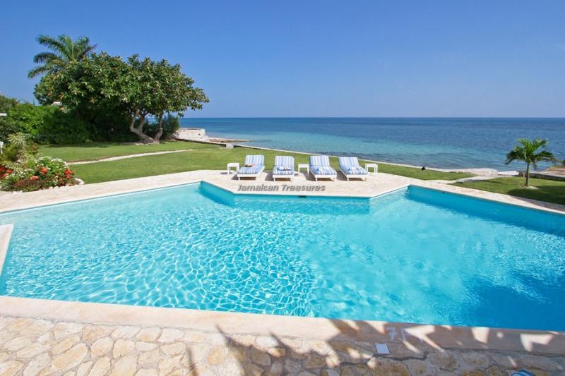 BEACHFRONT VILLA!JAMAICA, TENNIS, GOLF, GYM! FULL STAFF! OWN CHEF! SUNRISE!, holiday rental in Lucea