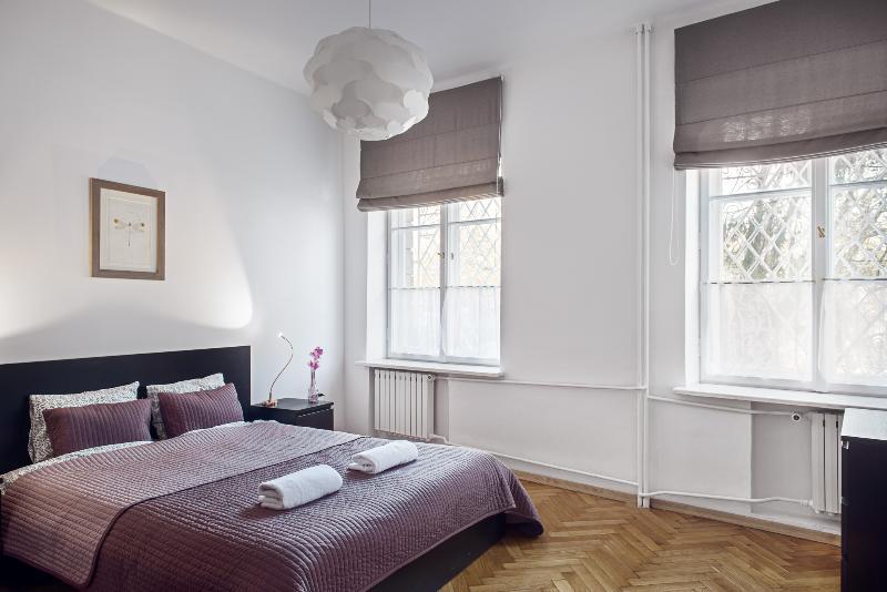 Chambre des maîtres avec lit King-Size (160cm) et armoire.