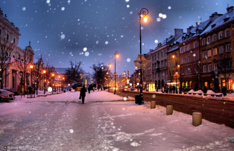 Vue de Krakowskie Przedmiescie, à côté de la rue Bednarska, en hiver.