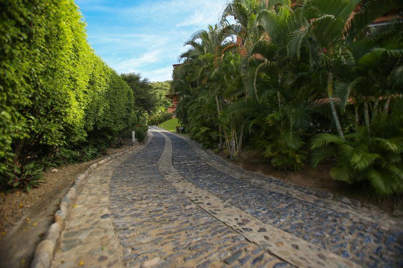 The quaint driveway winding up the hill to Casa que Ve al Mar.