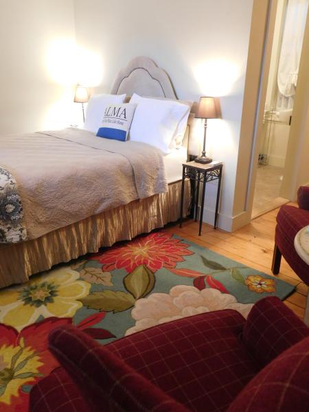 Queen Bed with Egyptian cotton linens.  Flannel sheets, down blanket and comforter in winter.