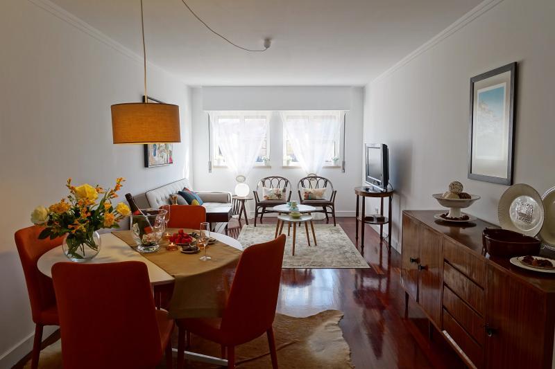 Um brinde á sua estadia. Sala de refeições e sala de estar, com sofá cama, TV por cabo,  Wi-Fi  . .