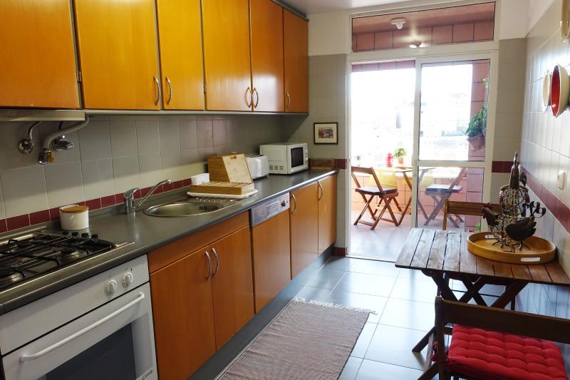 Cozinha totalmente equipada, frigorifico, máquina lavar loiça, máquina lavar roupa, etc.