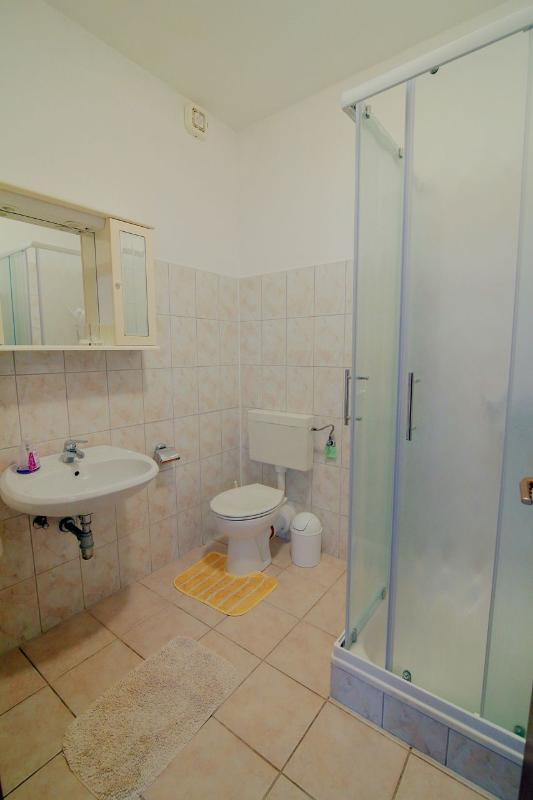 A2 (3): salle de bain avec toilette
