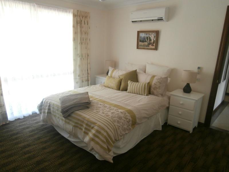 Chambre principale avec lit queen size