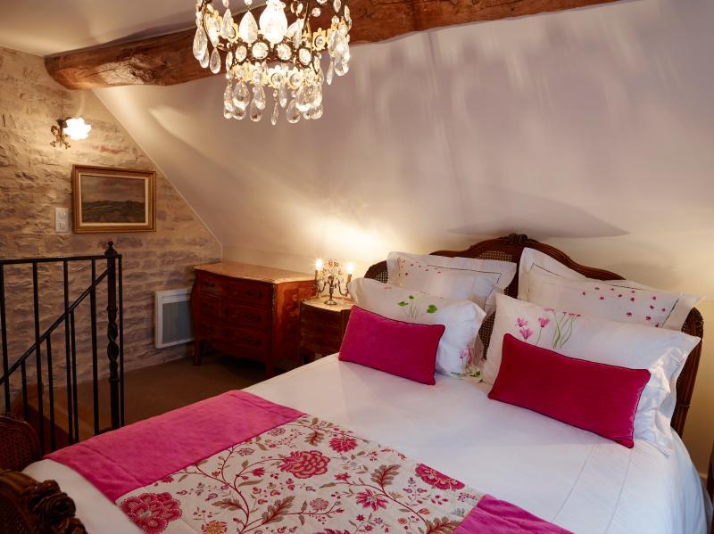 Bedroom, with queen bed