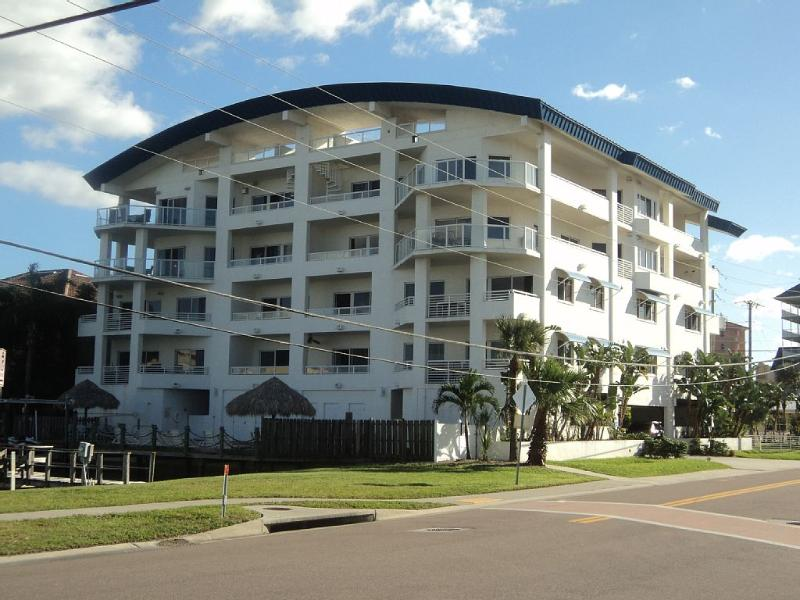 3 Bed / 3 Bath Luxury Waterfront Condo. Sleeps Up To 8., holiday rental in Clearwater
