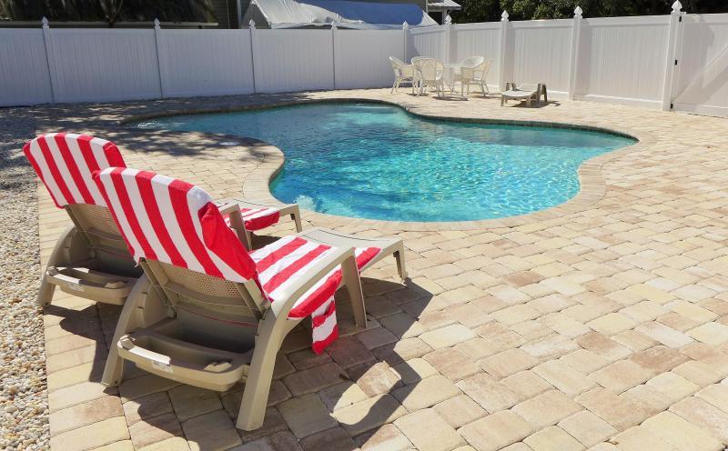 lettini presso la piscina condominiale riscaldata
