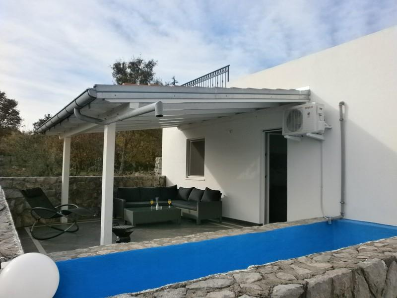 Family Apartment Kaja with a private Pool, holiday rental in Kornic