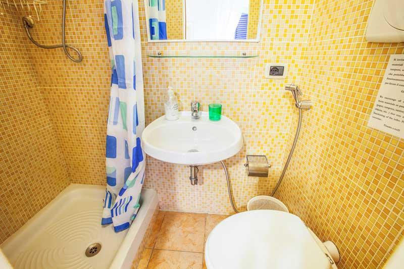 Bagno interno alla stanza Limone