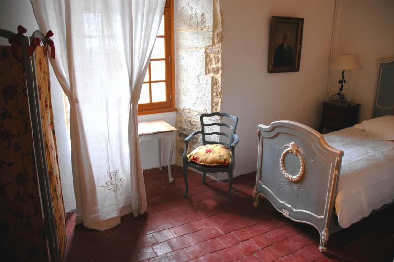 o segundo quarto com camas de dois gêmeos.