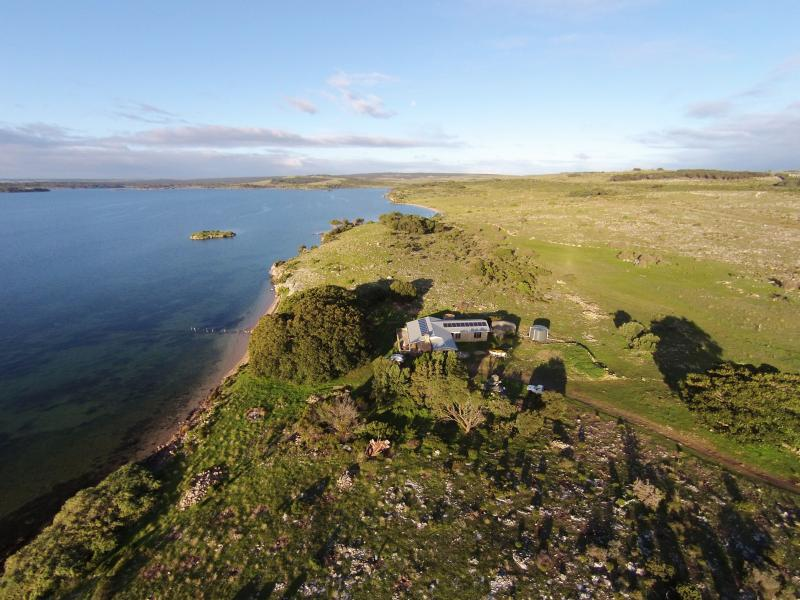Ratcliff Cottage is settled lightly on the landscape, with absolute waterfontage.