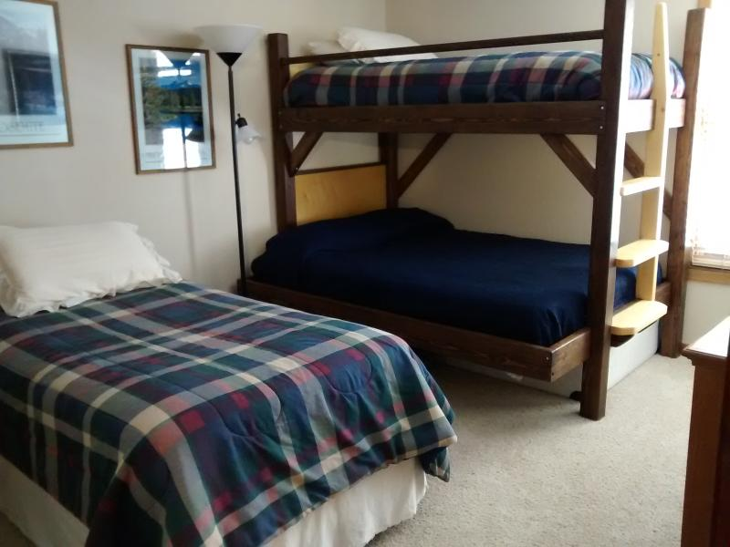 2nd bed room with single and single/double bunk bed.