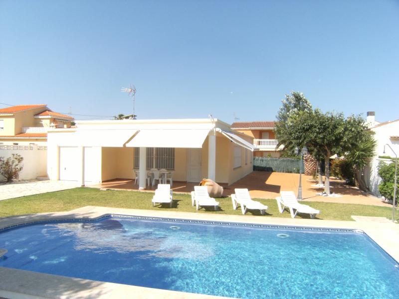 VILLA SOL - BONITO CHALET CON PISCINA PRIVADA 100 M. PLAYA 6 PERSONAS, holiday rental in Vinaros