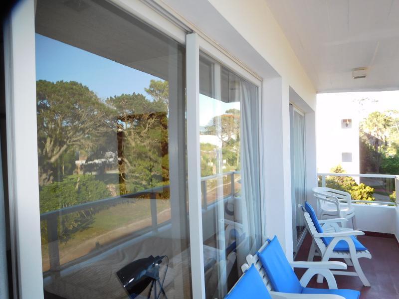 Otra vista de la terraza a la cual se accede desde los dormitorios y desde el living.